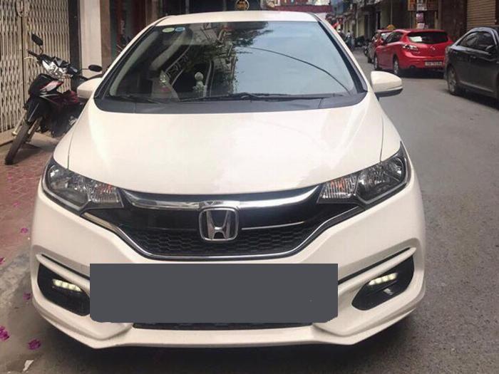 Bán gấp Honda jazz 2018 số tự động màu trắng rất thể thao.