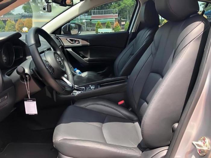 Gia đình cần bán Mazda3, sản xuất 2018, số tự động, màu bạc 4