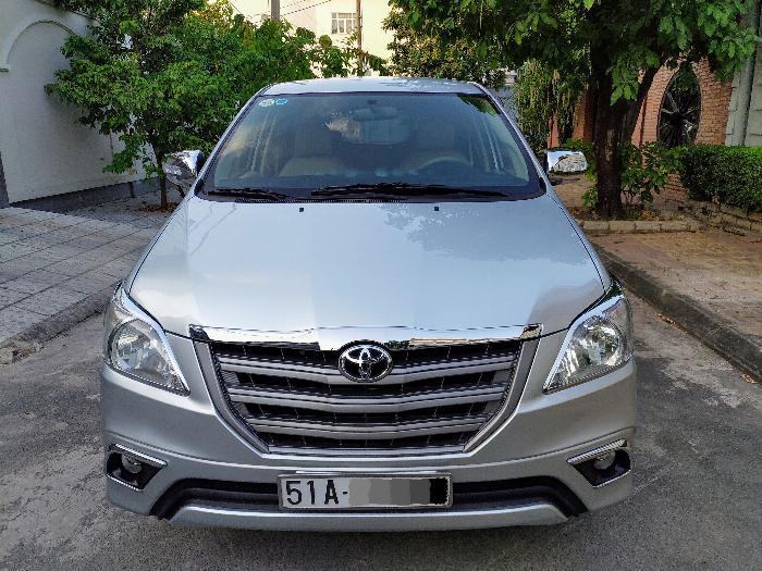 Gia đình cần bán xe innova E 2014 màu bạc 1