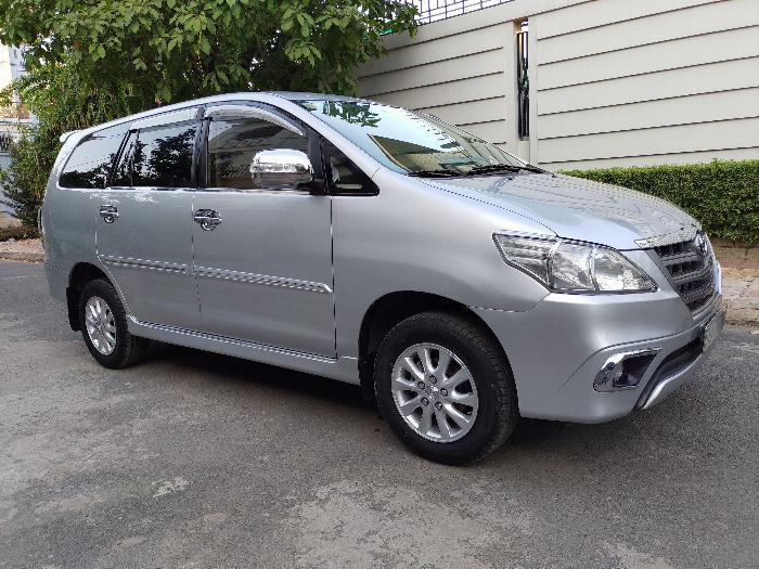 Gia đình cần bán xe innova E 2014 màu bạc 0