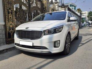 Cần bán xe Kia Sedona DAT 2018, số tự động, máy dầu, màu trắng, hai cửa điện.