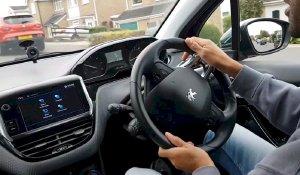 Hướng dẫn cách cầm vô lăng lái xe ô tô chuẩn nhất