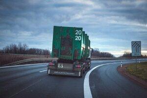Cách lái xe ô tô an toàn khi đi gần xe container