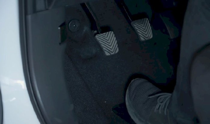Cách dùng chân côn - phanh - ga xe số sàn