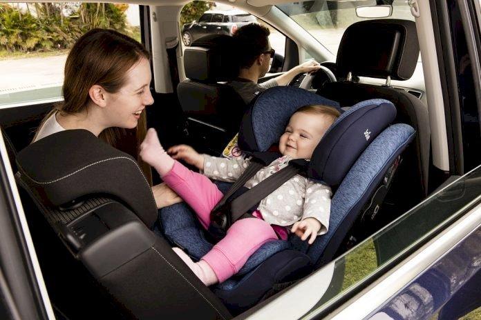 Vì sao nên đặt trẻ em ngồi quay lưng lại khi đi ô tô?